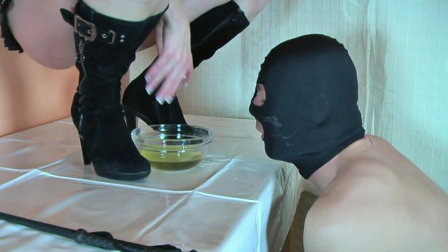 Femdom-Theater: (Lady Kalida) - The shit-eater under the table [HD 720p / 938 MB] - Scat / Germany