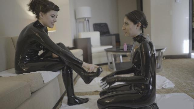 Fetishkitsch: (Ingrid Mouth, Nenetl Avril) - Ingrid's Feeldoe Part 1 [HD 720p / 668 MB] - Latex / Fetish